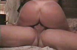Uma loura sensual e pequena recebe tratamento sites gratuitos de pornografia BDSM De Metal.